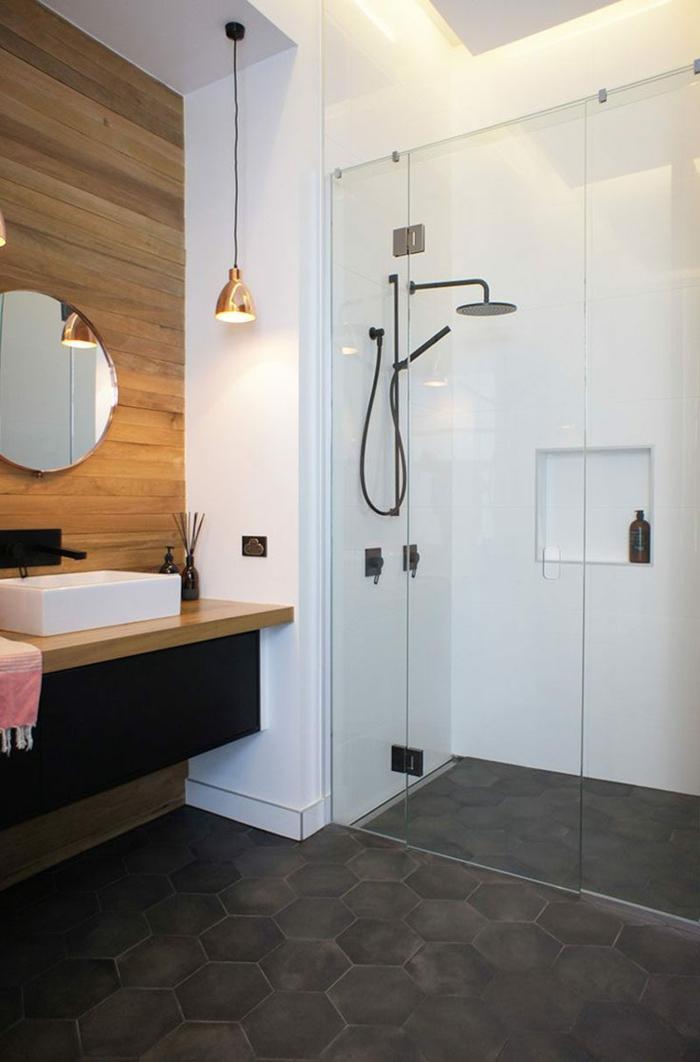 decoración minimalista, baños modernos, pared de acento con listones de madera, suelo con baldosas hexagonales, espejo redondo, lámpara colgante, ducha de obra con mámpara de vidrio