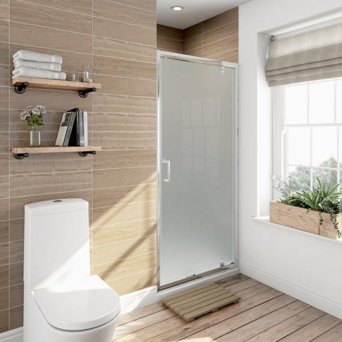 baño con ventana, suelo con tarima, ducha de obra con puerta de vidrio mate, mucha luz natural, estanter pequeños, baños pequeños con ducha