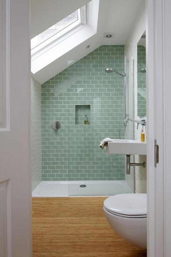 ideas baños pequeños, baño en la buhardilla, ventana en el techo, pared de acento en verde menta, ducha con plato, mampara de vidrio