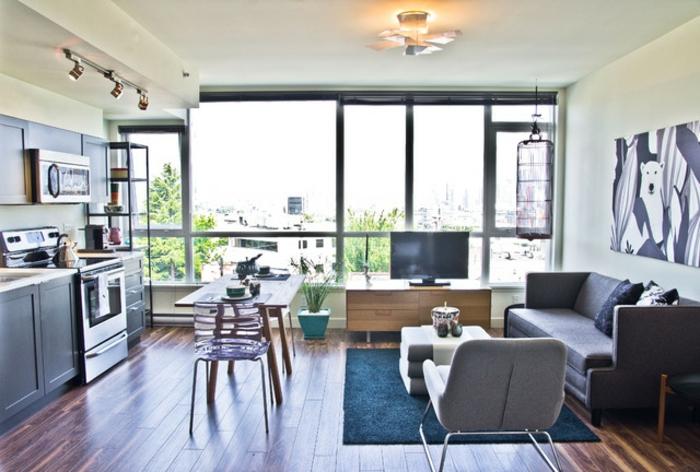 variantes para decorar cocinas abiertas al salon, espacio pequeño separado con una alfombra, decoración simpática para la pared