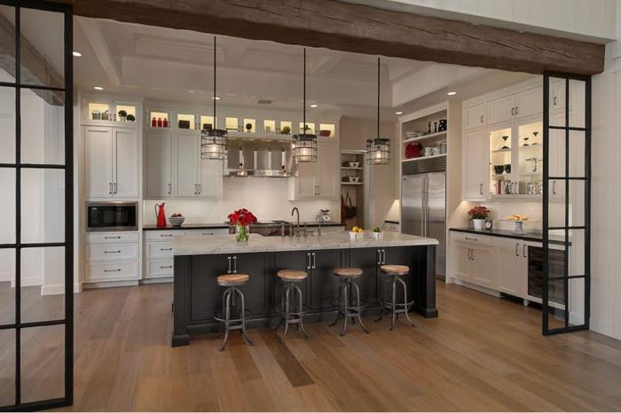 ideas modernas para amueblar una cocina americana, cocina abierta con grande barra y mucha iluminación