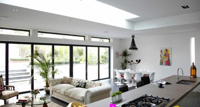 salon cocina de encanto, interior moderno decorado en blanco con grandes ventanales y mucha luz, pintura en la pared
