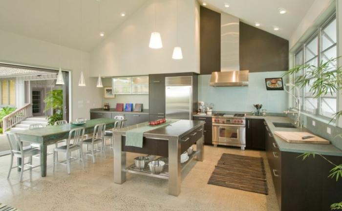 idea para decorar salon cocina, tonos del verde y beige, grande barra que sirve de mesa, comedor en estilo vintage