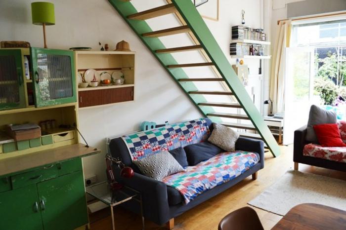 espacio en estilo vintage, cocina comedor con cocina en verde, grande escalera a la planta segunda, piso de parquet