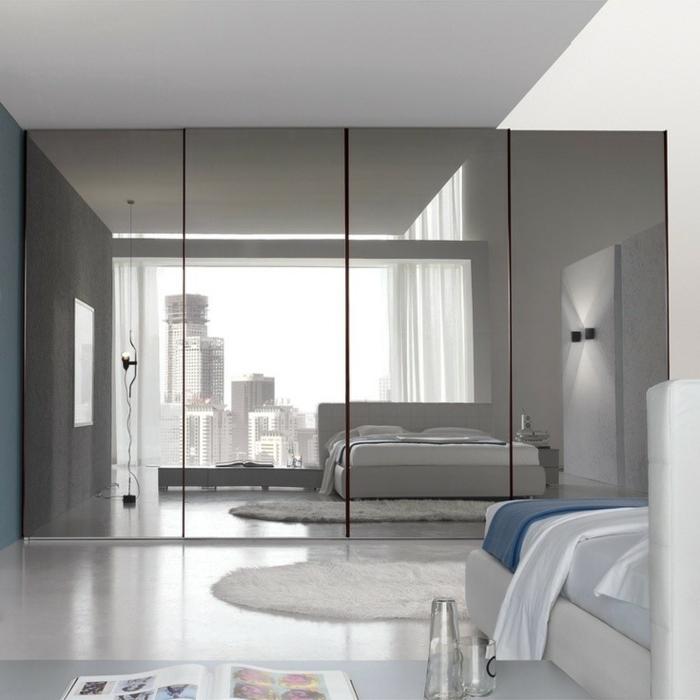 ideas con espajos plateados, grande armario con puertas con espejos, bonito dormitorio en colores claros