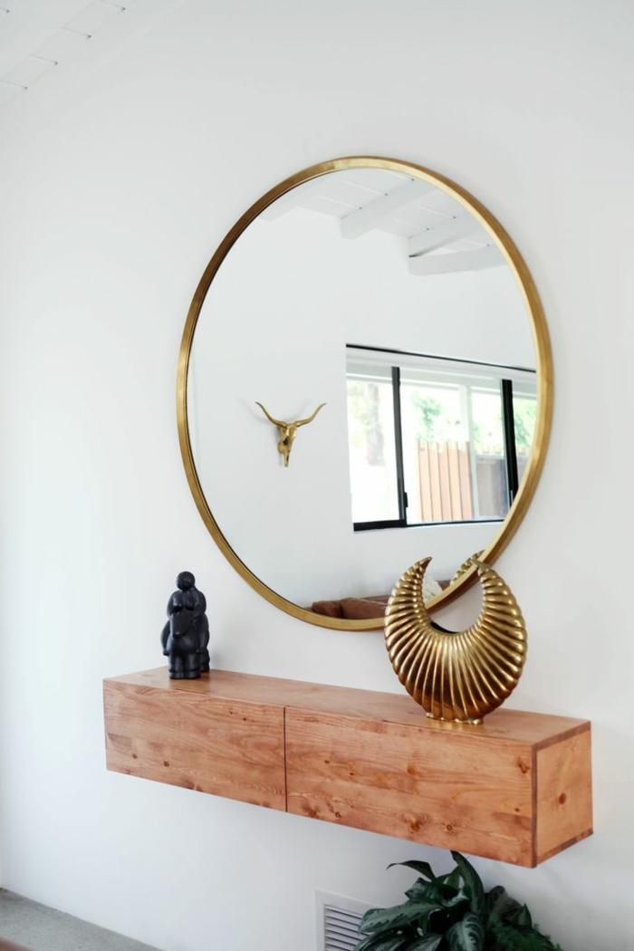 propuestas de decoración con espejos plateados y dorados de forma oval, recibidor de encanto con bonitos objetos decorativos