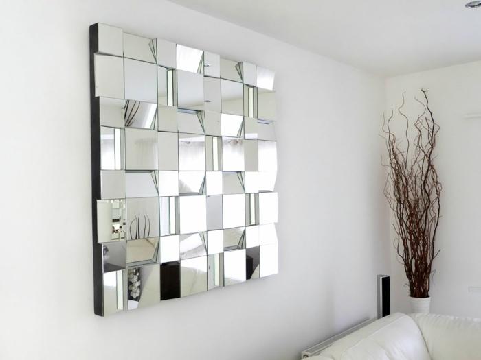 precioso espejo de forma cuadrada hecho de muchos pequeños espejos plateados, habitación con paredes en blanco en estilo minimalista