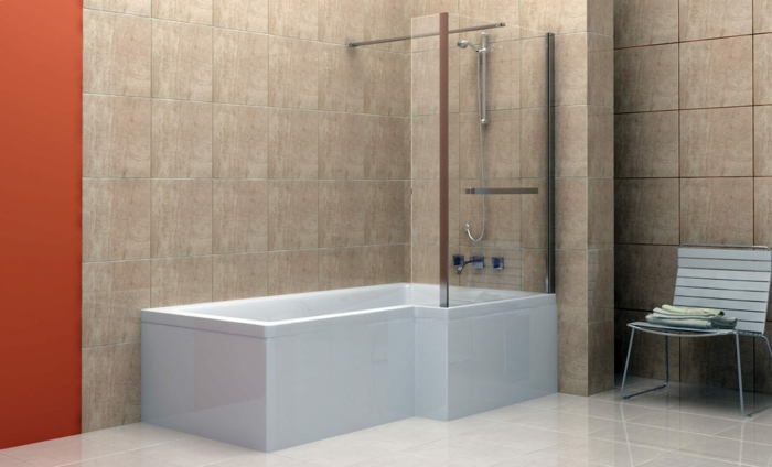 baño con ducha y bañera, estilo contemporñaneo, baldosas blanco y beige, pared en color naranja, silla con periodicos, baños pequeños con ducha,