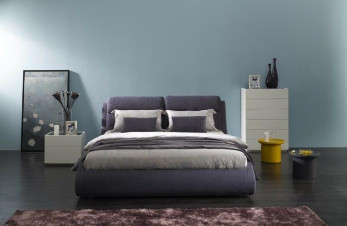 dormitorios matrimonio, decoracion minimalista, pared en gris azulado, cama lilá, suelo laminado con tapete
