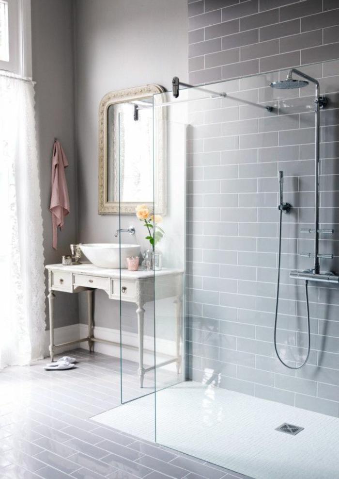 estilo eclectico, espejo y mueble baño vintage, luz natural, venatan con cortina, ducha de obra con rejilla, decoracion en gris, cuartos de baño,