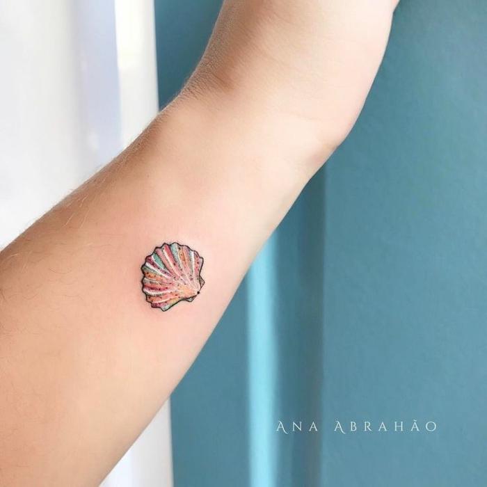 tatuaje de color con concha de mar, parte interior del brazo, diseño original, tatuajes pequeños