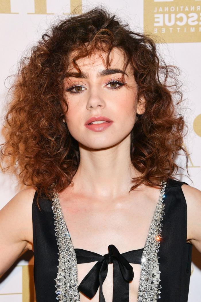 flequillo desfilado, mujer cabello pelirrojo rizado natural, flequillo despuntado rizado, ideas de peinados fáciles