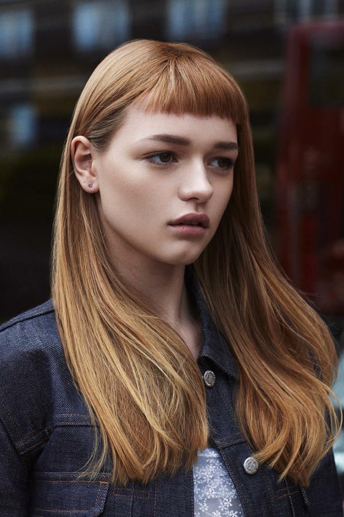 flequillos modernos, melena con flequillo, mujer con pelo largo denso pelirrojo, flequillo a media frente, mujer joven