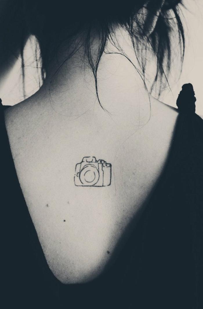 foto artistica en blanco y negro, tatuajes con significado, tatuaje espalda mujer, camera fotográfica
