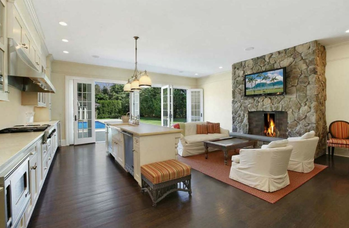 ideas de salon cocina, grande chimenea de leña, elemento arquitectónico de piedra, paredes en color champán, techo en blanco