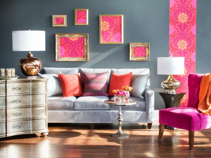 salon en gris y rosado, decoracion habitacion, salon pequeño, mesita redonda baja, marcos dorados, gris pizarra, sillon con patas de madera