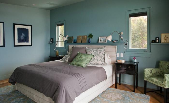 dormitorio acogedor con ventanas pequeñas, paredes en azul grisáceo, alfombra grande, sillón y cuadros, habitacion gris y blanca