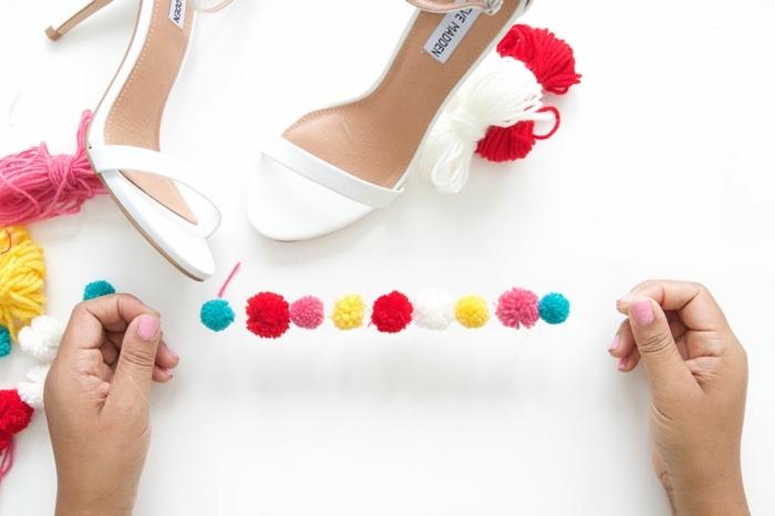 pequeña guirnalda de pompones para decorar tus zapatos, proyectos artesanales para hacer en casa