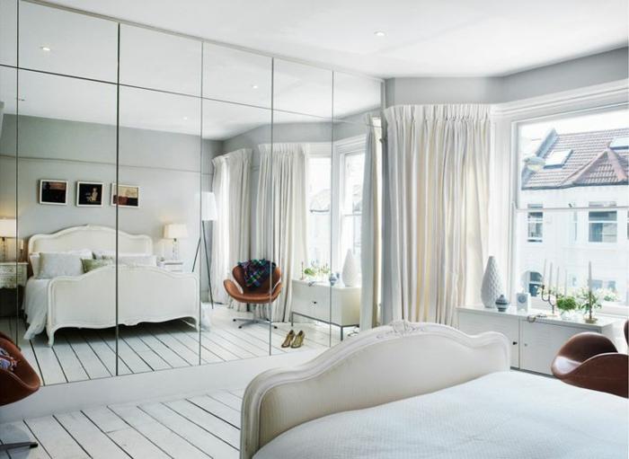 bonita decoración con espejos plateados, dormitorio matrimonio en blanco con cama doble con cabecero vintage