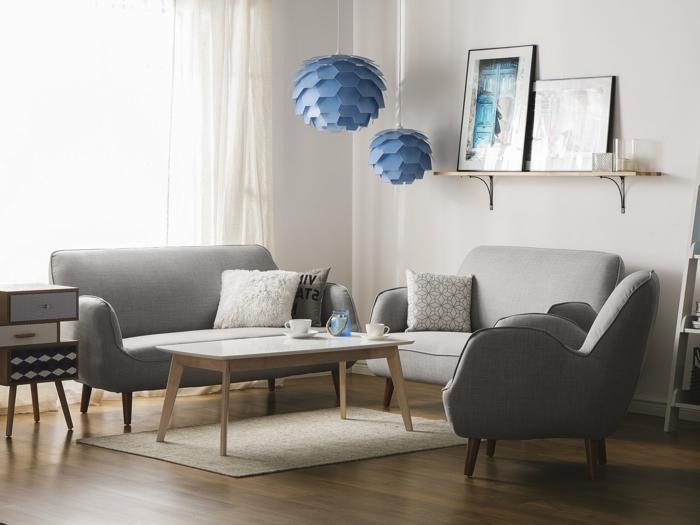 decoracion escandinava, colores que combinan con gris, muebles vintage, mesa de madera clara, lamparas azules, estante con cuadros