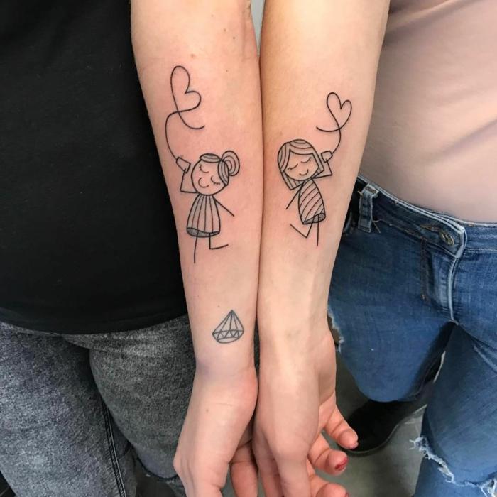 tatuajes de familia, hermanas con tatuajes similares en el antebrazo, niñas con teléfono y corazón, tattoo estilo dibujo infantil
