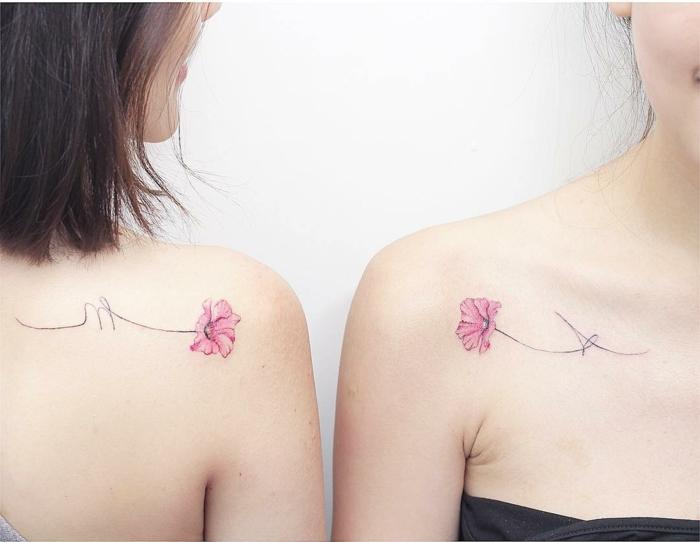 simbolo de familia, tatuajes iguales en la clavícula y la escapula, idea de tatuajes para mejores amigas o hermanas, amapola rosada estilo acuarela