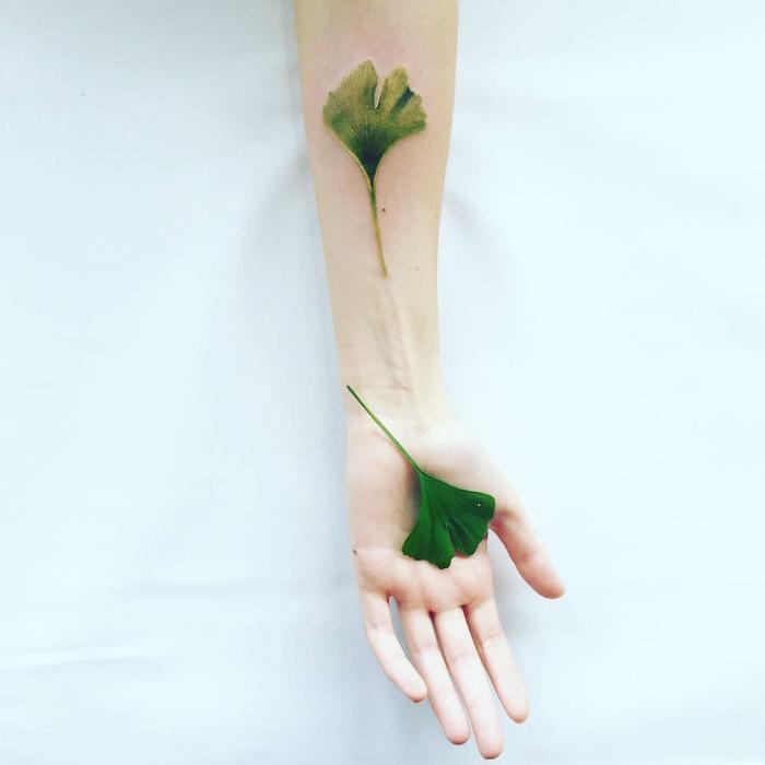 tatuaje realista de hoja verde con hoja verdadera, tatoo en el antebrazo y la muñeca, estilo de acuarela, tatuajes pequeños originales