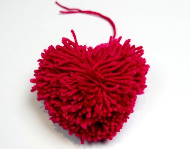 ideas originales para el día de San Valentín, como hacer pompones pequeños en forma de corazón, manualidades para decorar el hogar