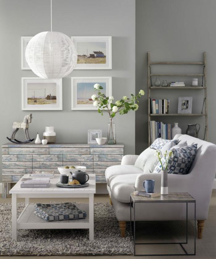 decoracion en gris y azul, mueble auxiliar pintado a la tiza, sofá con cojines, habitacion gris, flores blancas, tapete y mesa de madera