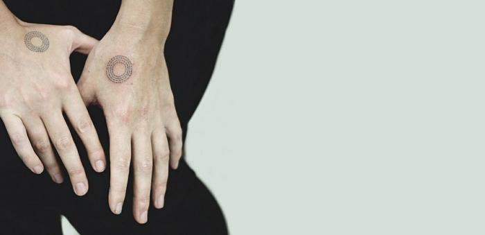tatuajes pequeños, manos de hombre con tatuajes iguales, tatuajes pequeños, estilo geometrico