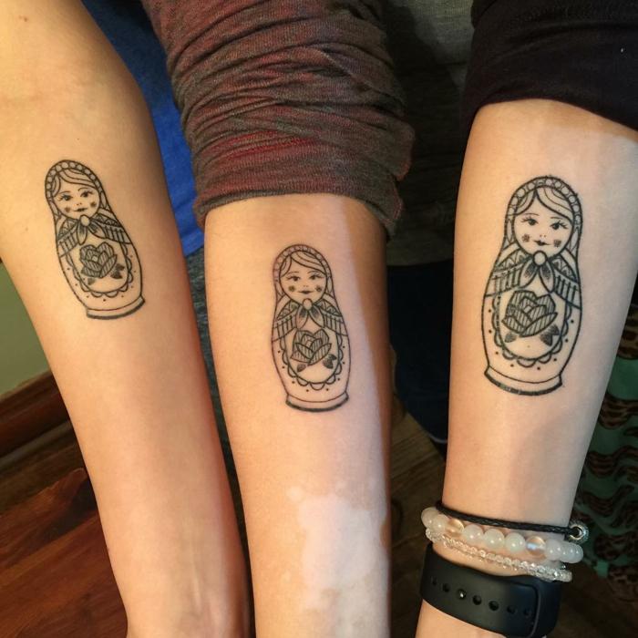 idea de tatuaje para tres hermanas, tatuaje en el antebrazo, matrioshkas rusas en blanco y negro, tatuajes de hermanas