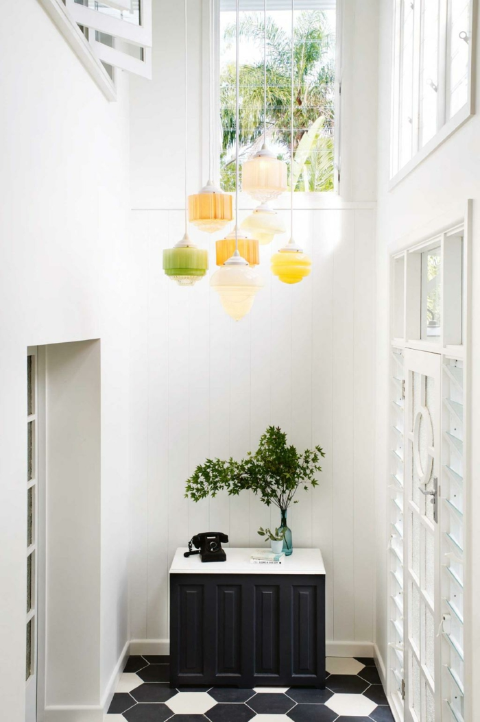 propuesta fresca y bonita en colores claros, recibidores originales de pequeño tamaño, decoración en blanco