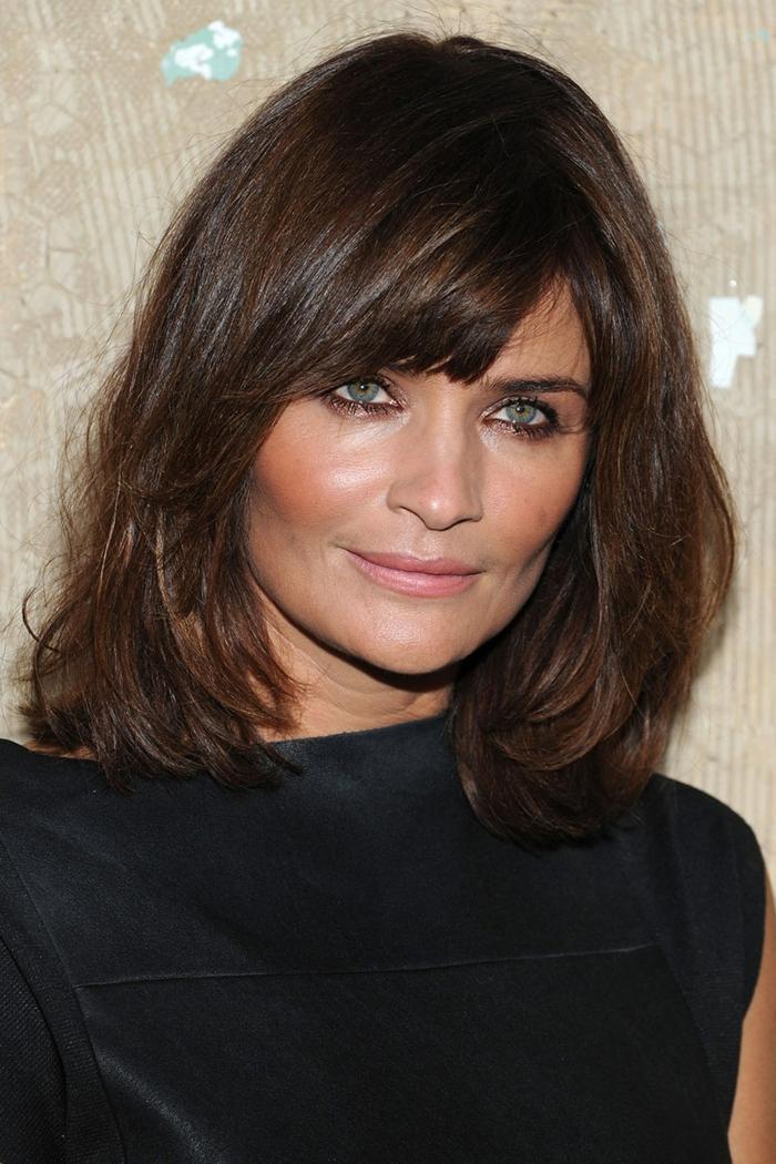 cortes de pelo para mujeres mayores de 50 años, media melena con flequillo ladeado, cabello natural, tipos de flequillos