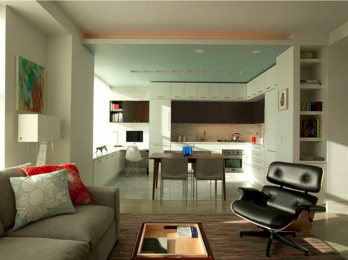 interior en los tonos claros del verde, ideas para pisos abiertos, salon cocina con encanto, cojines decorativos con estampados de flores