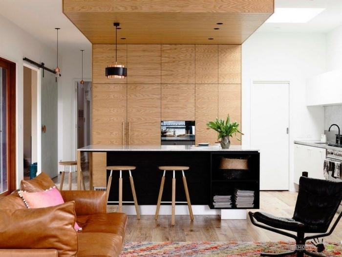 ambiente comodo y agradable con barra moderna y funcional con muchos estantes, salon cocina con elementos de madera