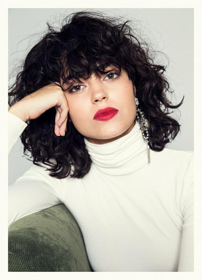 cabello naturalmente rizado, pelo corto con flequillo, mujer con cabello negro, flequillo largo que sobrepasa las cejas