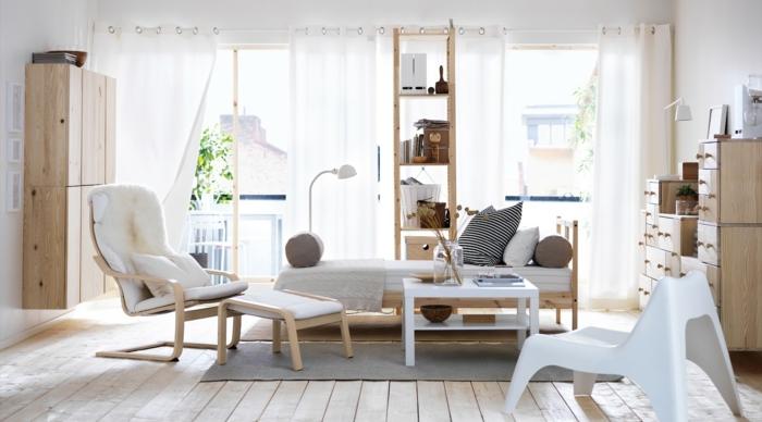 pequeño salon, idea de decoración por Ikea, muebles de madera clara, salon nordico, banco con cojines, sillón con atburete, suelo de tarima, tapete gris, estantería alta estrecha, ventanales grandes con cortinas ligeras