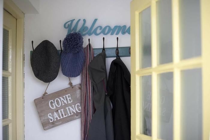 decoración original para u recibidor, recibidores baratos decorados con estilo, perchero vintage con efecto envejecido