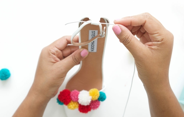 ideas originales pompones DIY, como hacer pompones de lana pequeños en diferentes colores, zapatos blanco abiertos