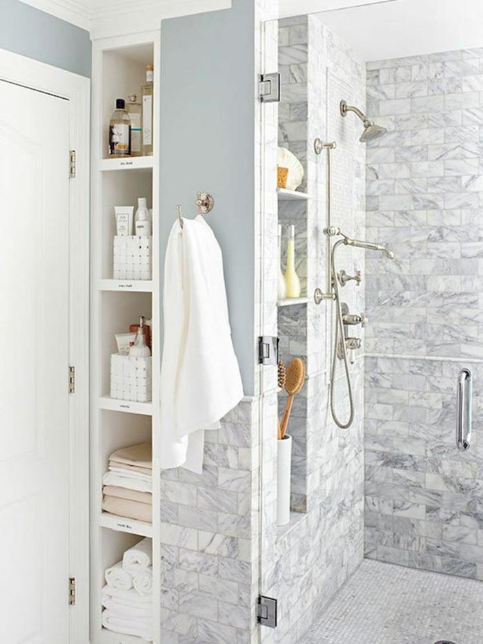 baños pequeños modernos, ideas de decoracion, ducha de obra con puerta de vidrio, paredes con nichos para productos cosméticos y toallas, decoracion gris