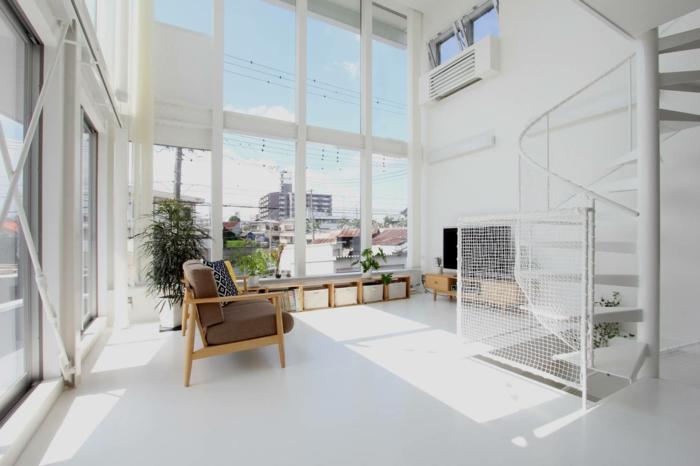 decoracion salon en blanco, sala de estar con techo alto y escaleras caracol, grandes ventanales con vista