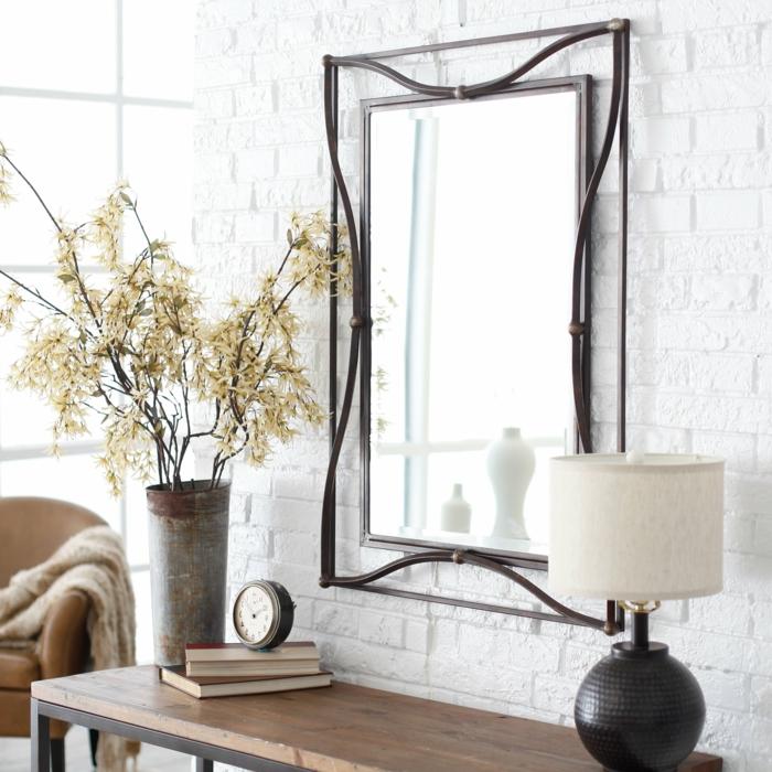ideas de espejos de pared de diseño particular, recibidor de encanto con objetos vintage y pared de ladrillo