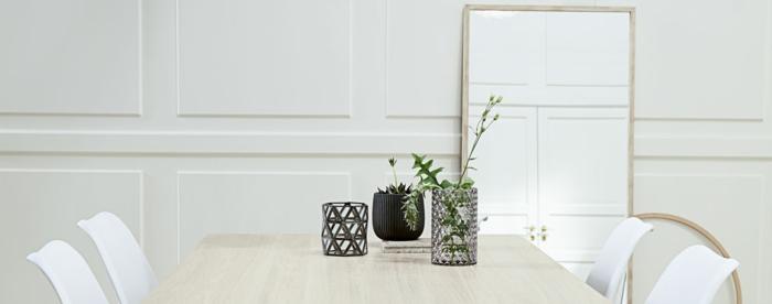 decoración en estilo minimalista con espejos grandes de pared, colores claros y decoración con plantas verdes