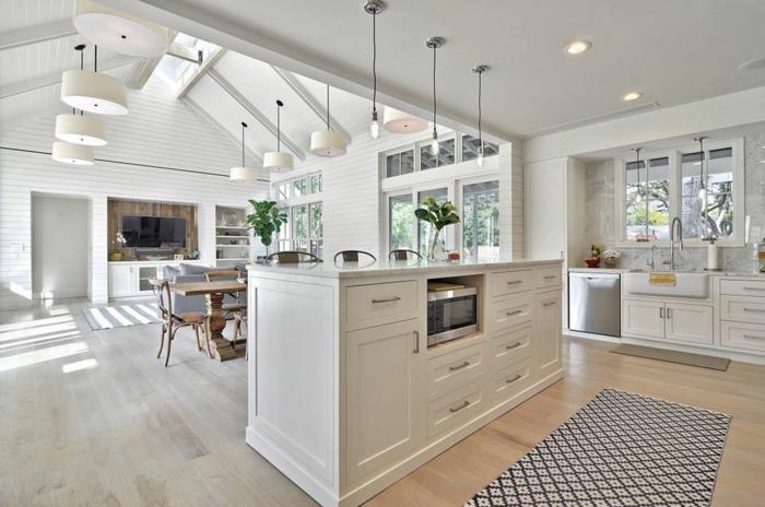 como conseguir una sensación de espaciosidad y mucha luz en blanco, salon cocina con techo abuhardillado