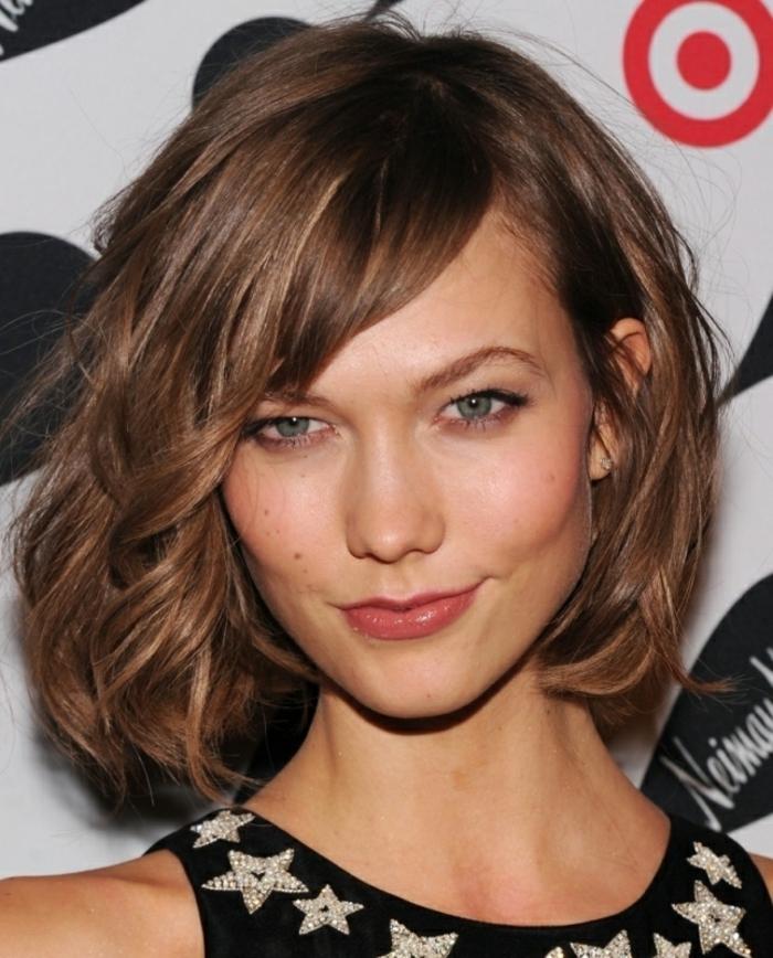 flequillo largo, modelo karlie kloss, cabello corto ondulado ladeado, flequillo largo inclinado, peinado para caras delgadas