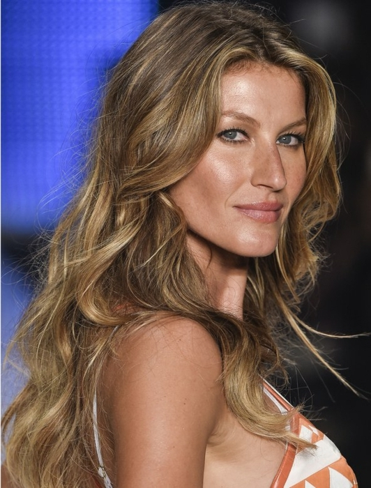 Gisele Bündchen con pelo largo color avellana con mechones mas claros, ondas en el pelo hechas con espuma
