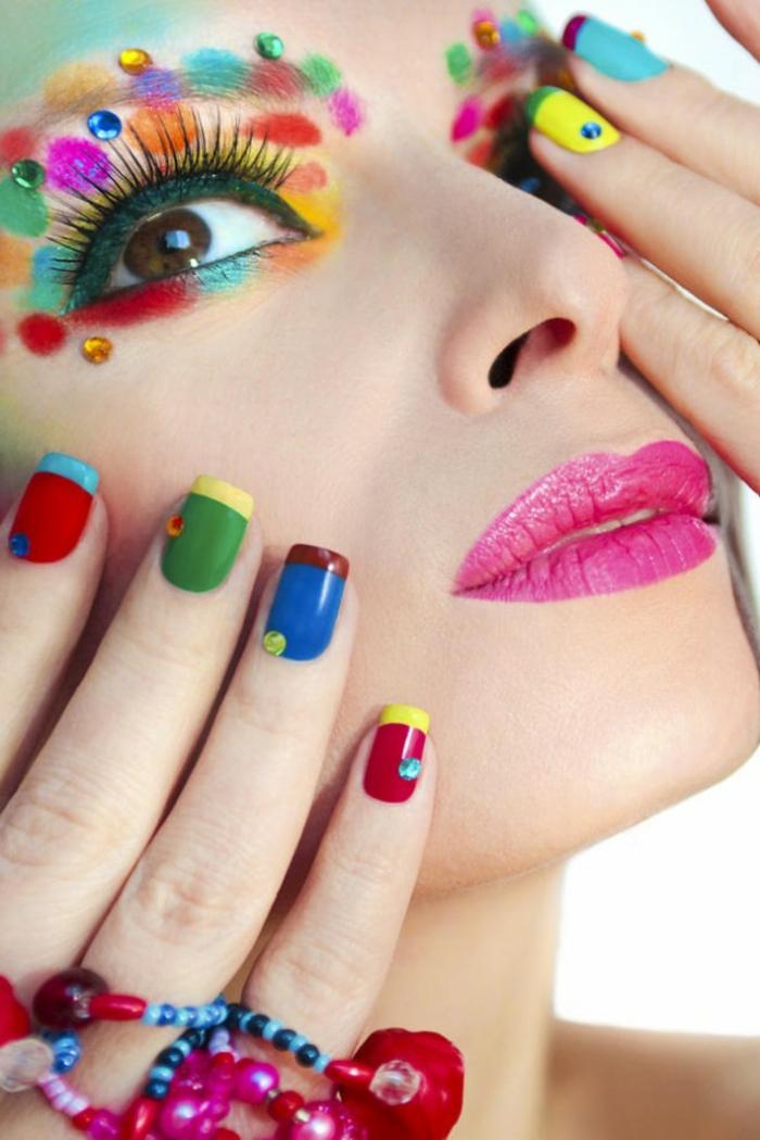 ideas de uñas pintadas coloridas, manicura francesa en colores muy extravagante, maquillaje atrevido