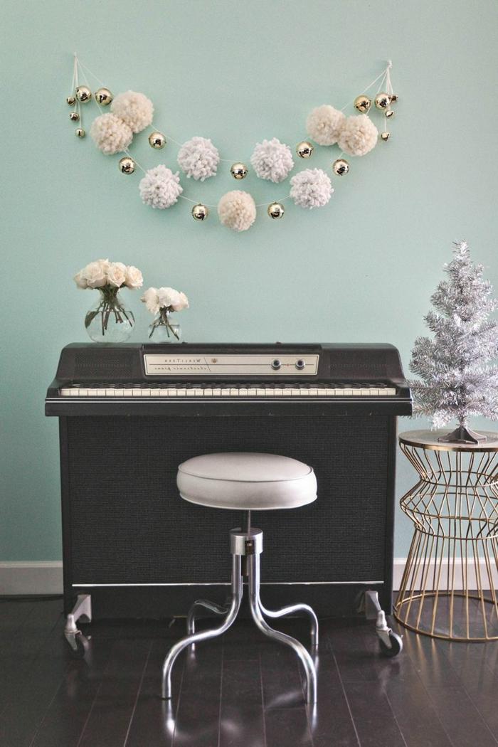 ideas sobre como hacer pompones pequeños, preciosa guirnalda de Navidad hecha de pompones blanco DIY