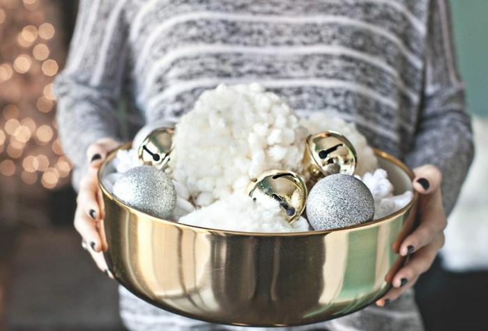 como hacer pompones pequeños para hacer manualidades para navidad, motivos navideños DIY fáciles de hacer