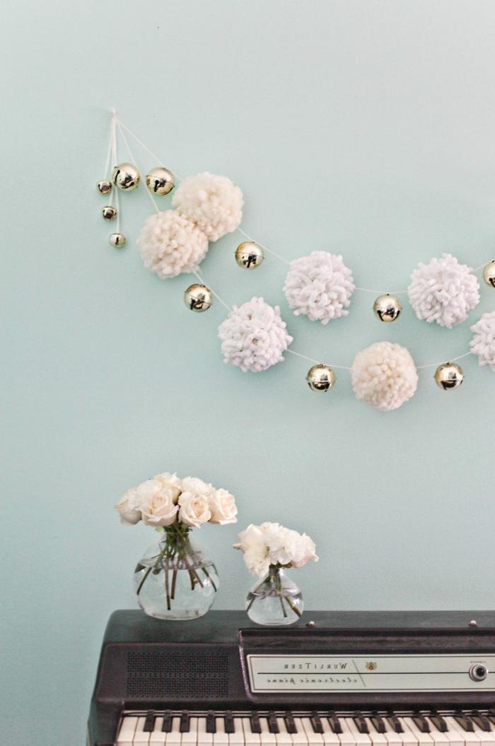 motivos navideños originales, como decorar la casa con pompones de lana blanco hechos a mano, como hacer pompones pequeños fáciles